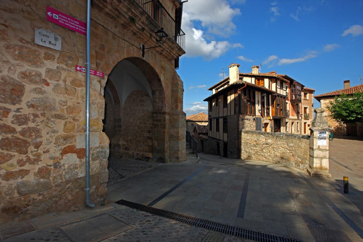 Poza de la Sal04. Puerta de la Muralla y Arquitectura Popular