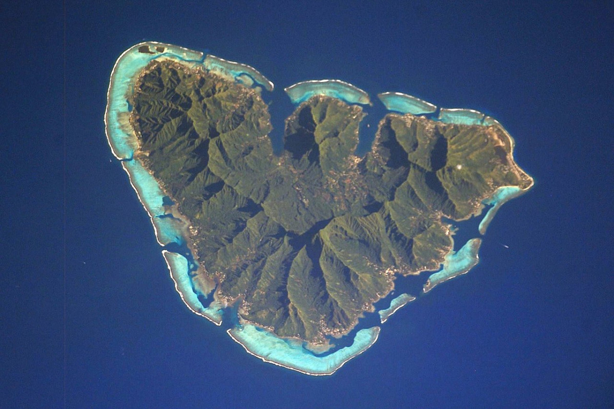 1280px Moorea ISS006