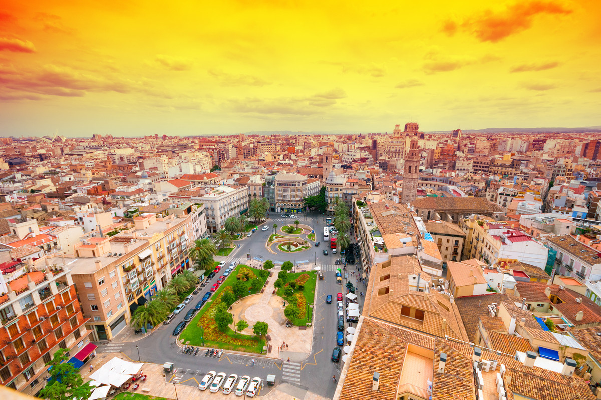 DEST Spain Valencia PlazaDeLaReina shutterstock 295176599 Universal Within usage period 27713